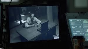 Brody sabe que están vigilando el interrogatorio.